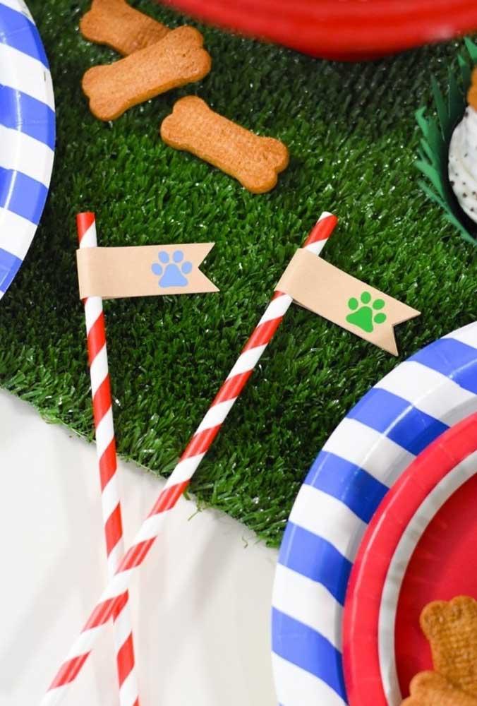 Que tal fazer uma bandeira com a pegada canina para identificar os canudos das bebidas?