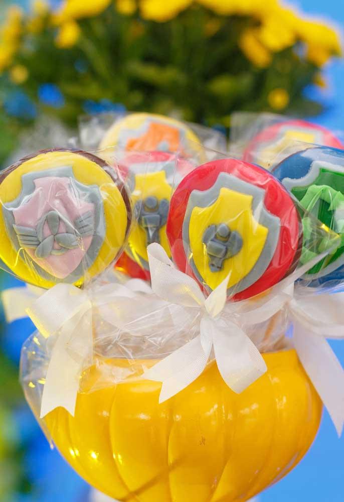 Quer deixar a criançada feliz? Distribua muitos chocolates personalizados com o tema patrulha canina.