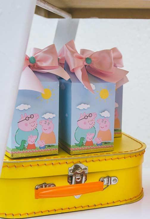 Se você quer algo mais personalizado, você pode comprar algumas caixinhas em lojas de festas para entregar como lembrancinha.