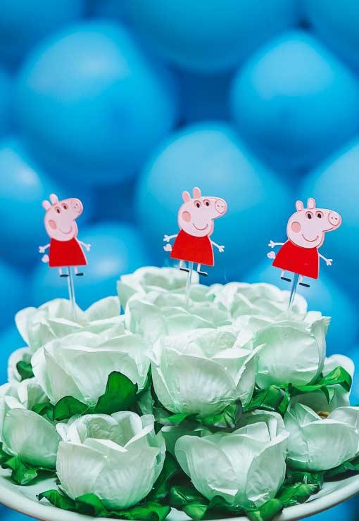 A Peppa Pig não pode faltar na decoração, mesmo que seja um pequeno enfeite.