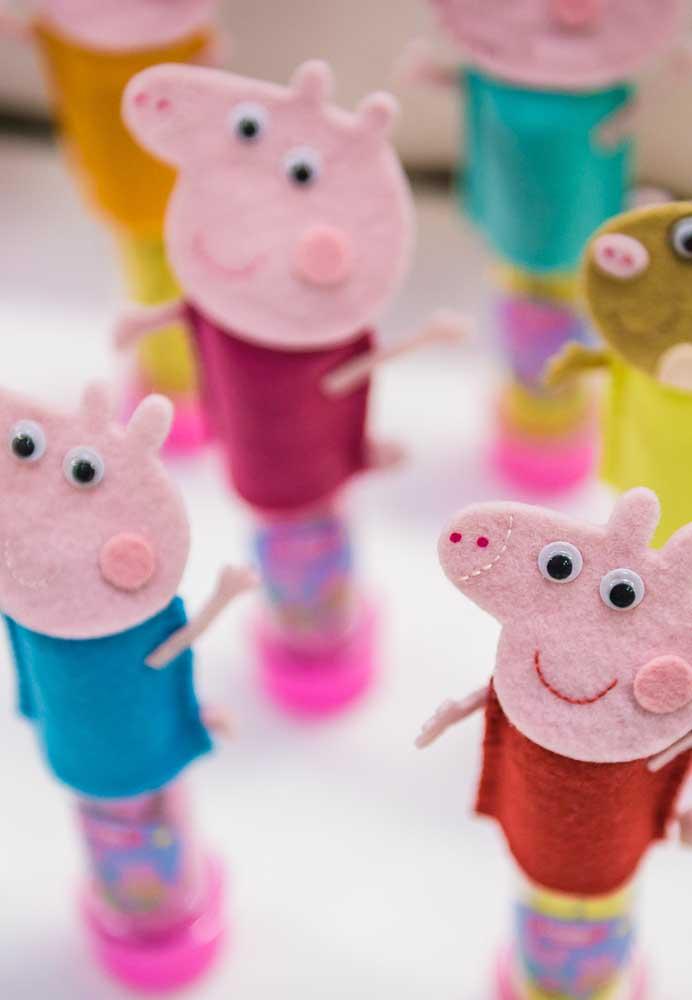 Para personalizar as embalagens das guloseimas, faça bonecos de feltro da Peppa Pig.