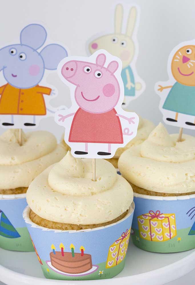 Para decorar o cupcake, coloque algumas plaquinhas com os principais personagens do desenho.