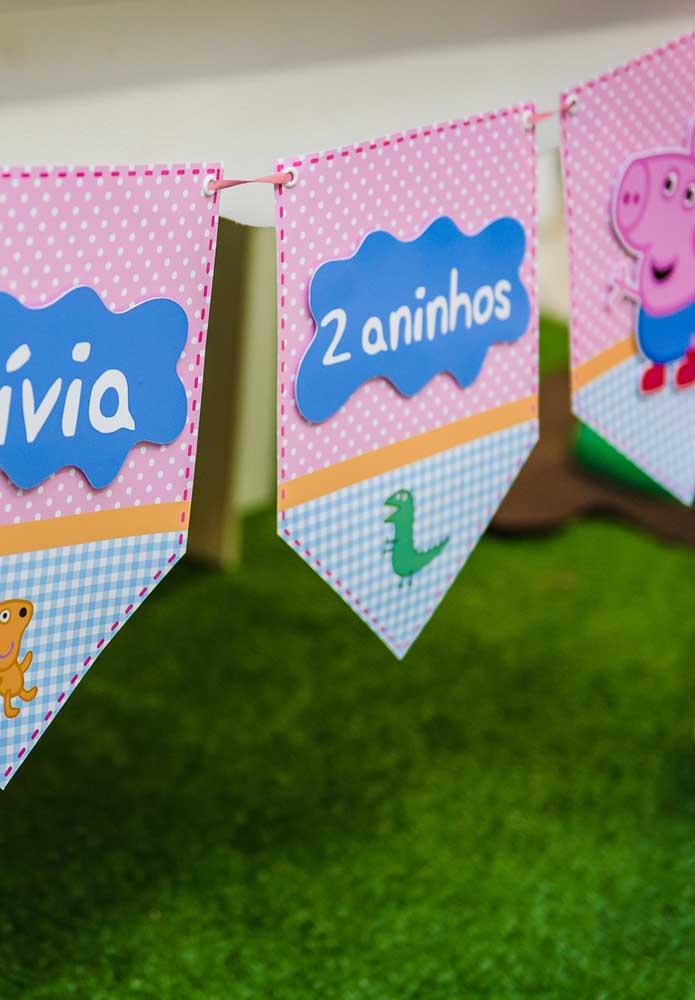 Fazer bandeirinhas para decorar o aniversário é uma ótima opção para o tema Peppa Pig.
