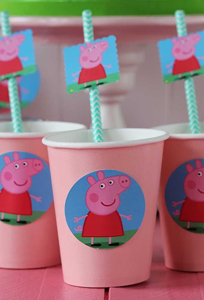 Os materiais descartáveis podem ser adquiridos em lojas de festas. O mais interessante é que você pode encontrar tudo com o tema Peppa Pig.
