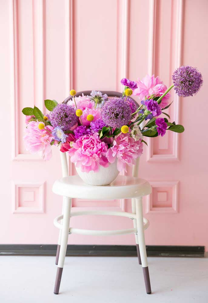Flores são sempre bem-vindas em qualquer decoração.