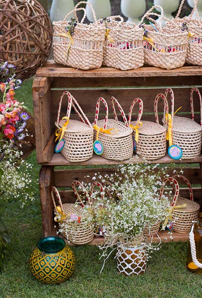 Se o aniversário for de dia, ao ar livre, você pode preparar algumas cestinhas com guloseimas para entregar aos convidados.