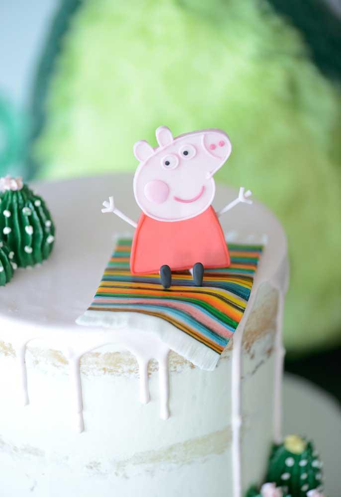 Olha a Peppa Pig super feliz no topo do bolo.