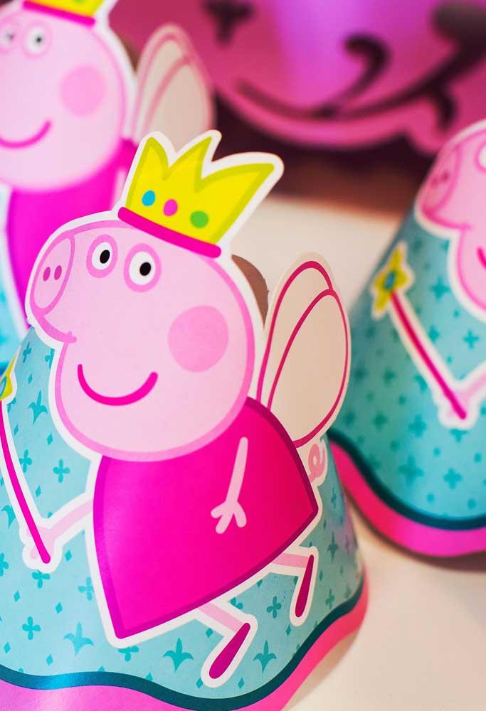 Distribua chapeuzinhos da Peppa Pig para animar as crianças.