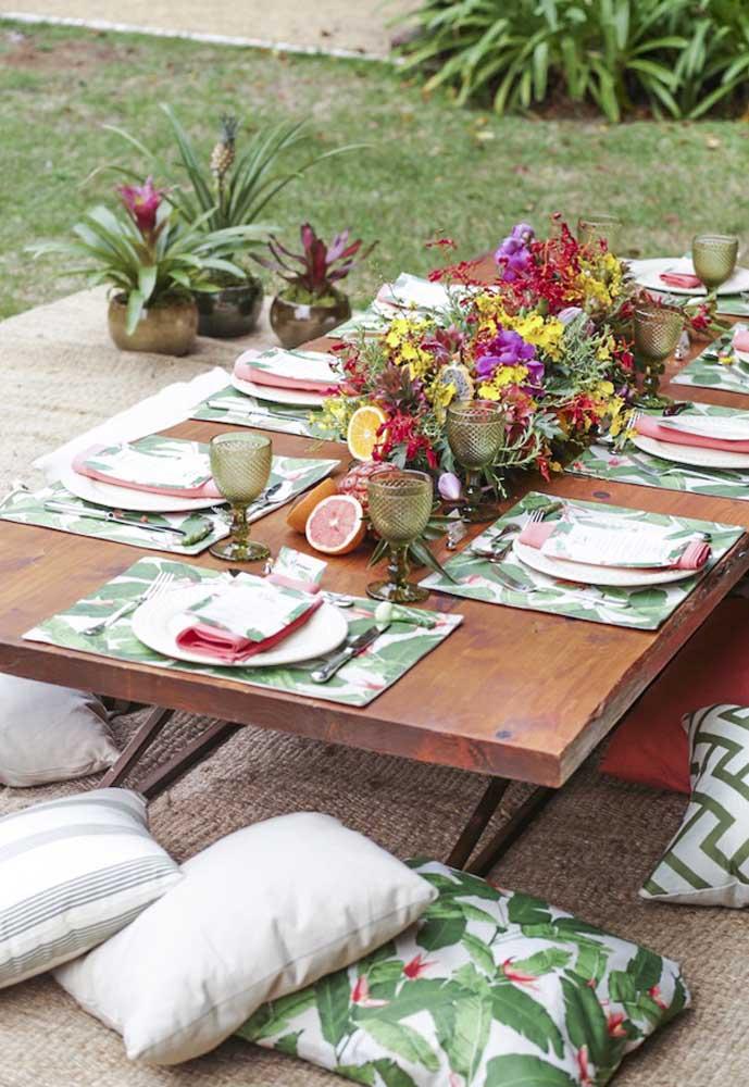 Que tal preparar uma mesa de madeira para os convidados?