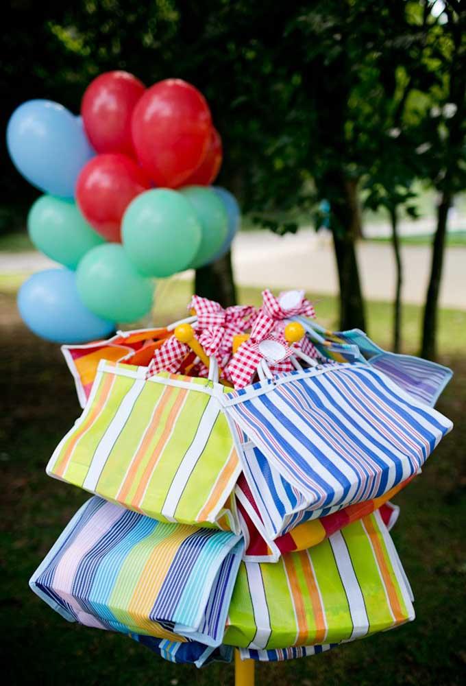 Já pensou em transformar aquelas sacolas de feira em lembrancinhas de aniversário?