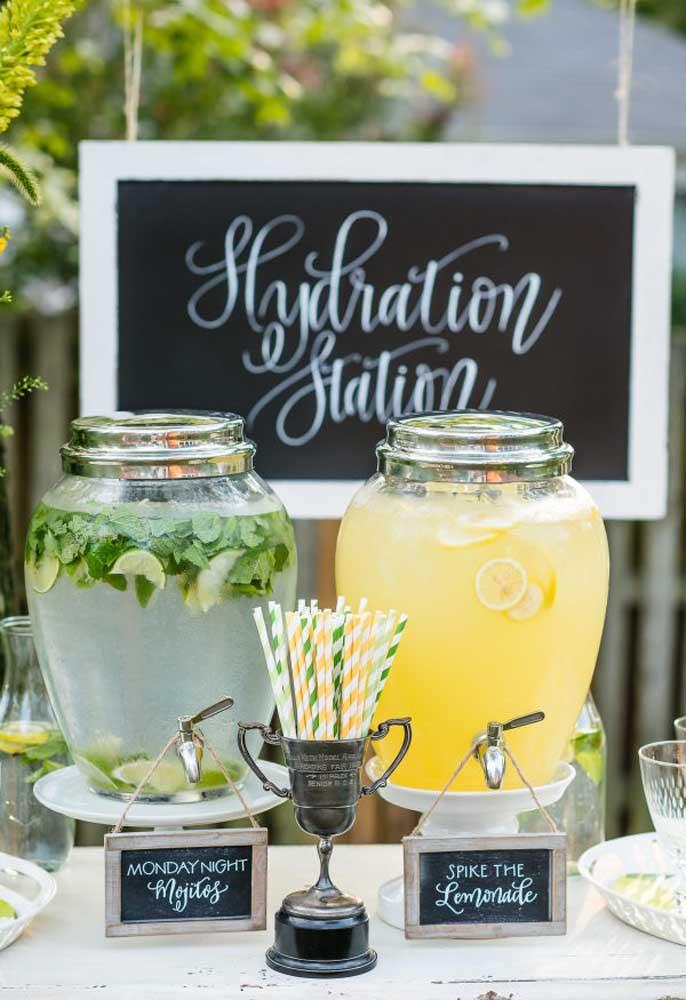 Coloque as bebidas em suqueiras e deixe os convidados se servirem à vontade.