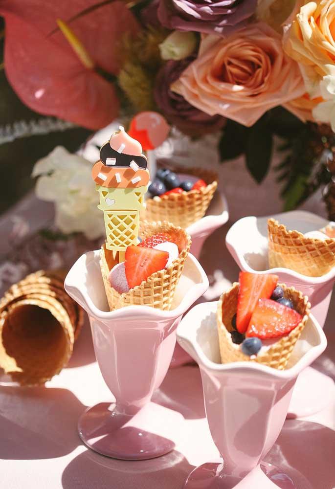 Corte as frutas, coloque em cones de sorvete e sirva em taças. Tem ideia mais criativa que essa?
