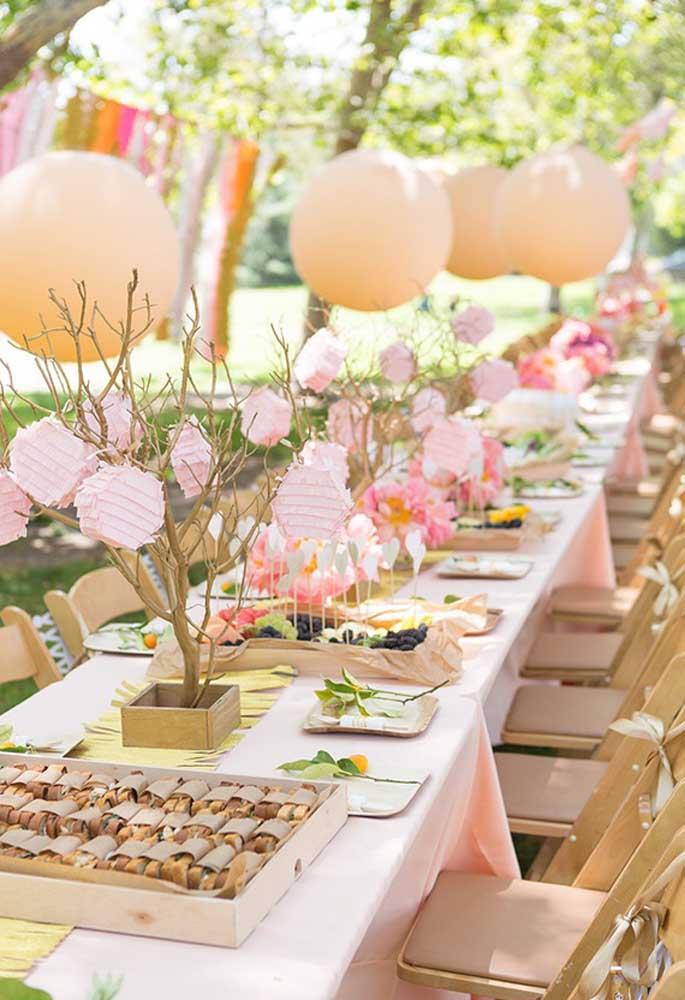 Olha que mesa perfeita para uma festa piquenique. No estilo rústico e com uma decoração delicada.