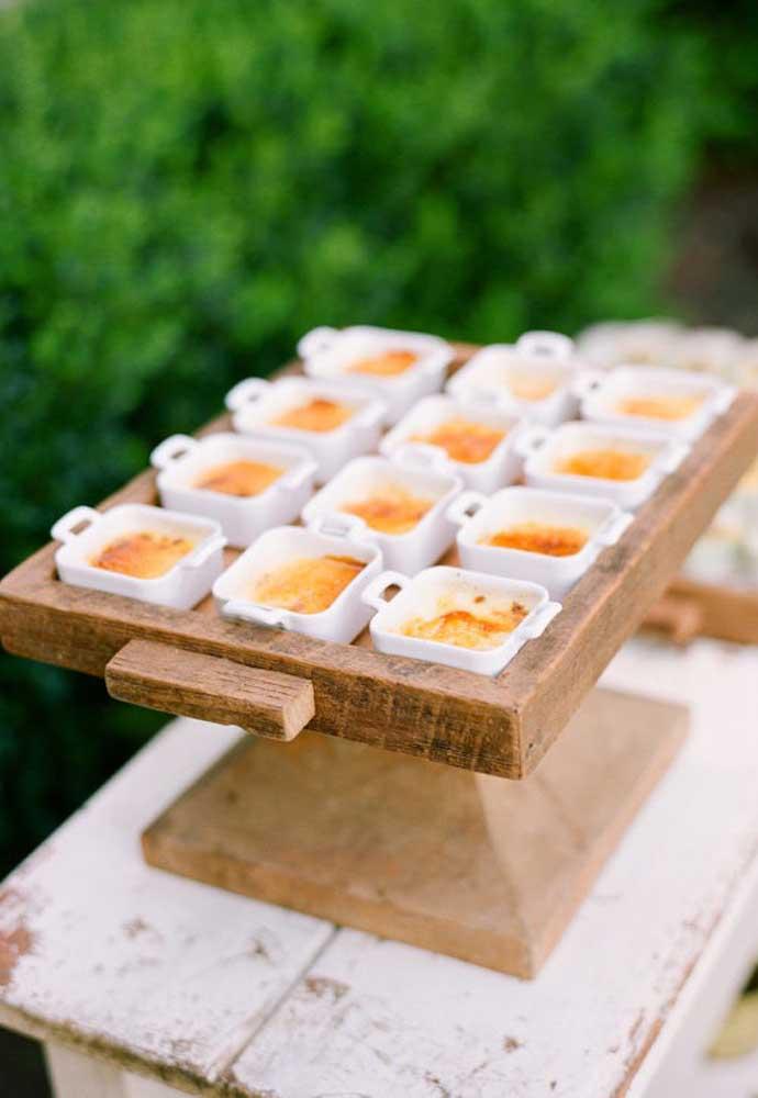 Seja criativo na hora de servir os petiscos e guloseimas aos convidados.