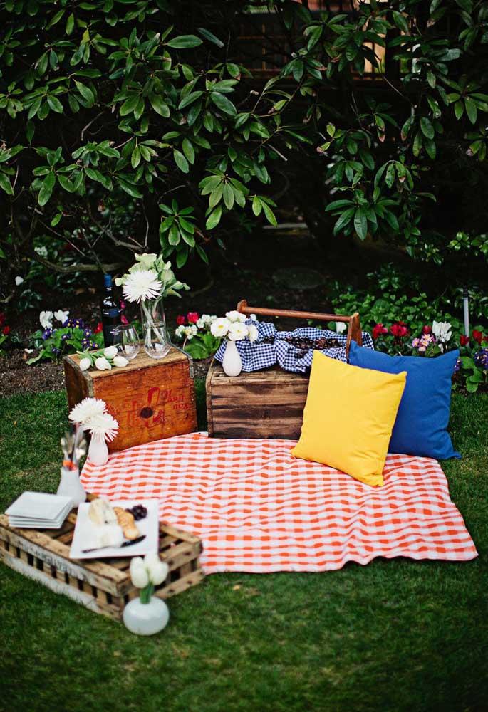 A melhor opção para acomodar os convidados no piquenique é colocar toalhas e almofadas na grama.