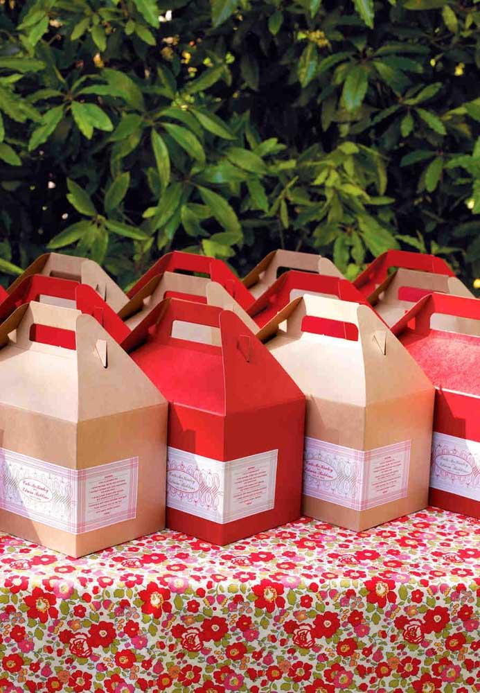 Se você preferir algo mais compacto, pode colocar várias guloseimas em caixas compactas para entregar como lembrancinha.