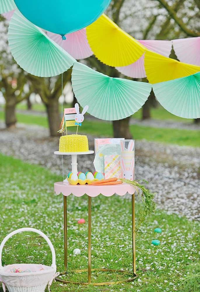 Separe um cantinho para colocar o bolo de aniversário para não deixá-lo misturado com os outros itens da festa.