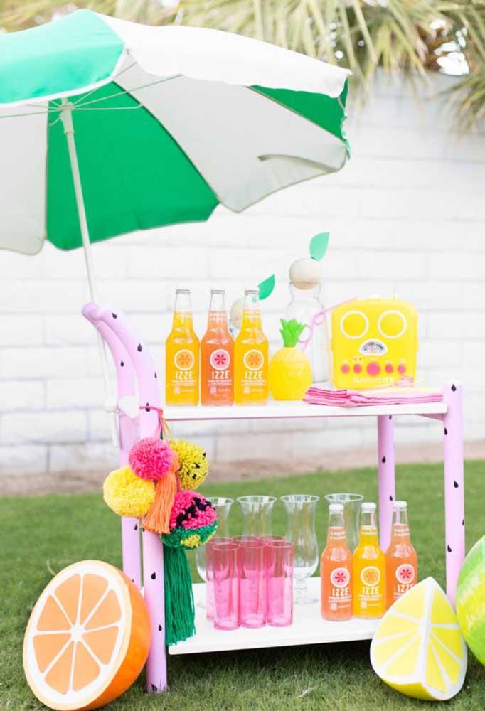 Uma excelente opção é preparar um carrinho somente para servir as bebidas da festa. Além de ficar organizado, você pode decorar de acordo com o tema da festa.