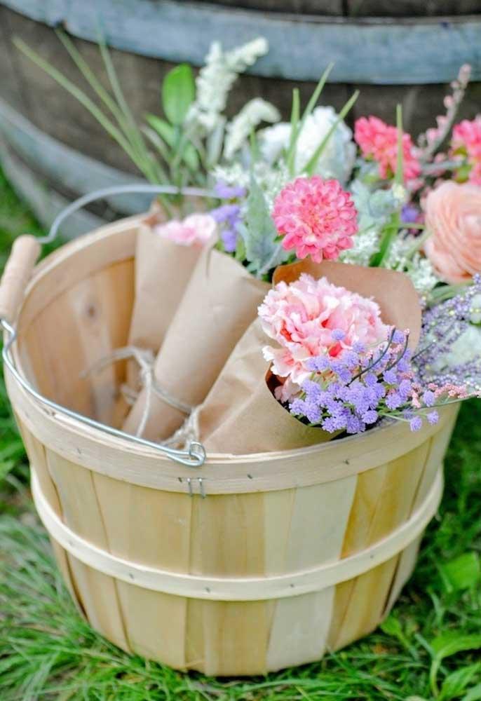 Mas prefira usar flores do campo, pois combinam mais com o ambiente do evento.
