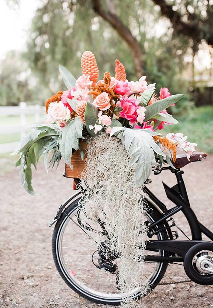Que tal pegar uma bicicleta e colocar na garupa uma cesta com arranjos florais?