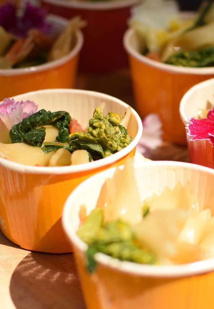 Prefira usar materiais descartáveis na hora de servir comidinhas e guloseimas para os convidados.