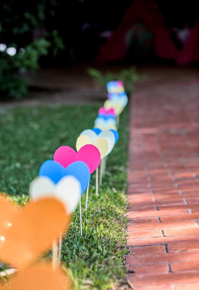 O que acha de encher de corações o ambiente escolhido para fazer a festa?