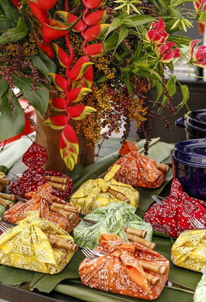 Prepare trouxinhas ou marmitas com as comidas para os convidados se servirem.