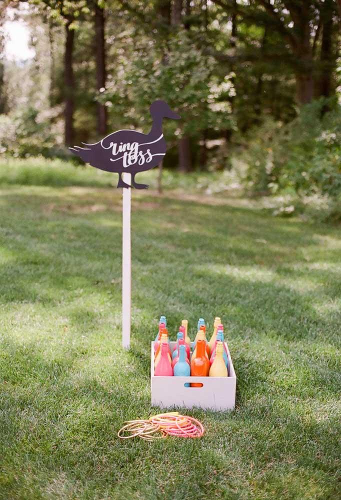 Uma boa opção de decoração de festa piquenique é usar materiais reciclados como garrafas de vidro, caixotes de feira, entre outras opções.