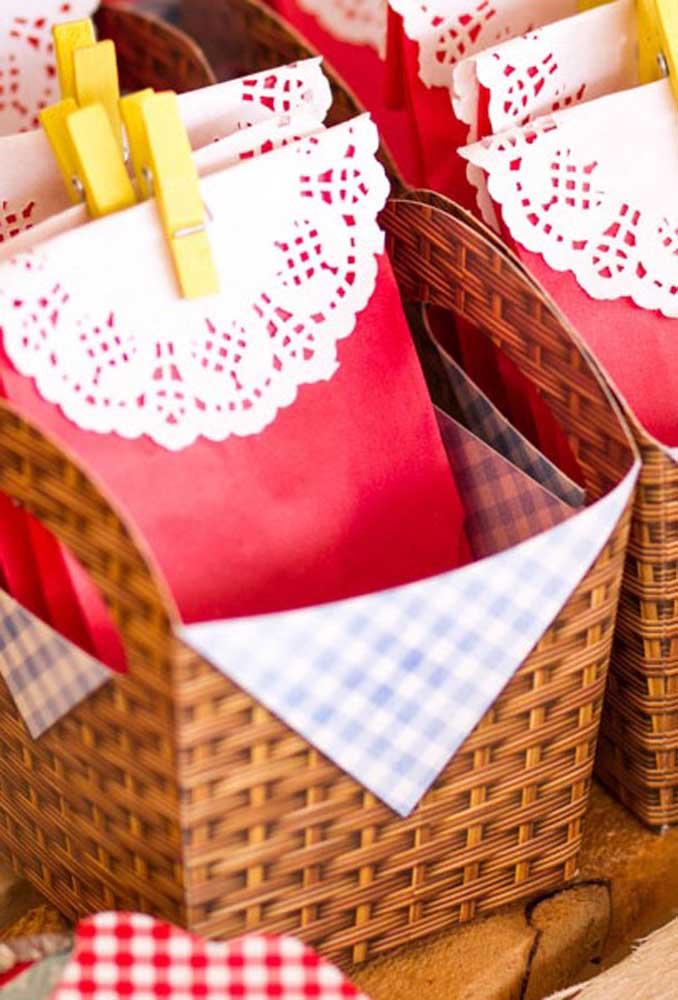Alguns itens que servem para entregar como lembrancinhas são fáceis de serem encontrados em lojas de festa.