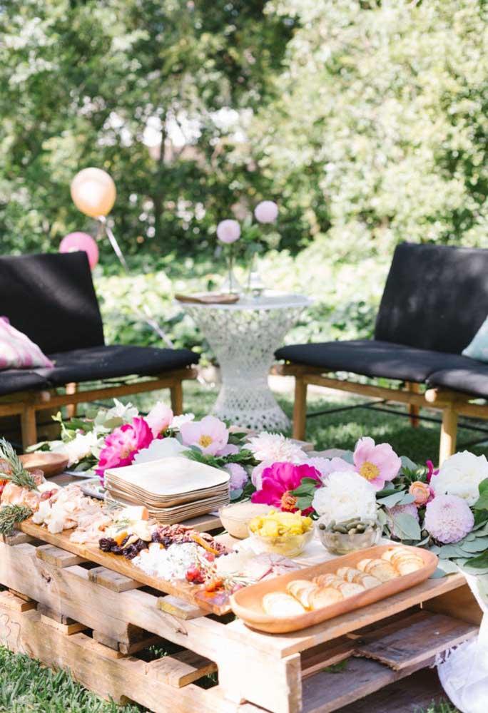Você pode usar paletes de madeira como mesa para organizar as guloseimas da festa.