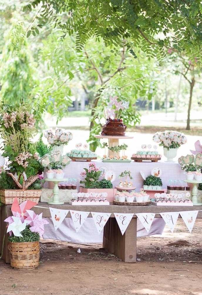 Na hora de montar a mesa principal, escolha um espaço com bastante verde para preparar uma decoração mais natural.
