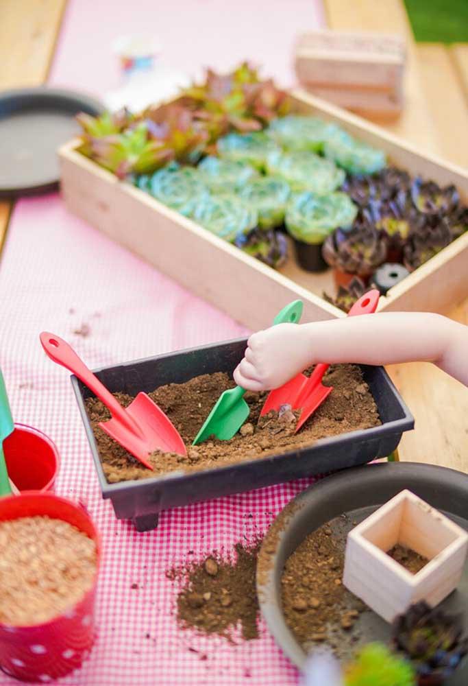 Agora é hora de fazer as crianças colocarem a mão na massa. Para isso, separe bastante terra, vasos, plantas e pá.