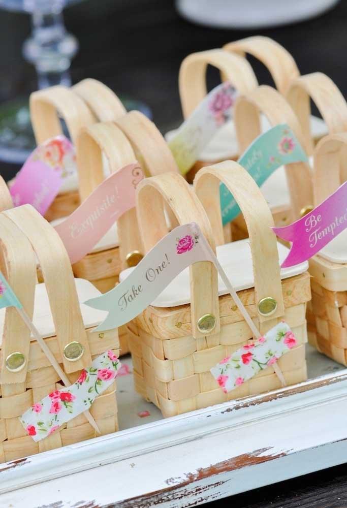 Ideia mais fofa essa de usar cestinhas de palha para entregar como lembrancinha de aniversário.