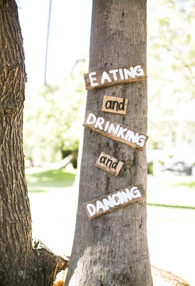 Que tal colocar algumas placas indicativas nas árvores?