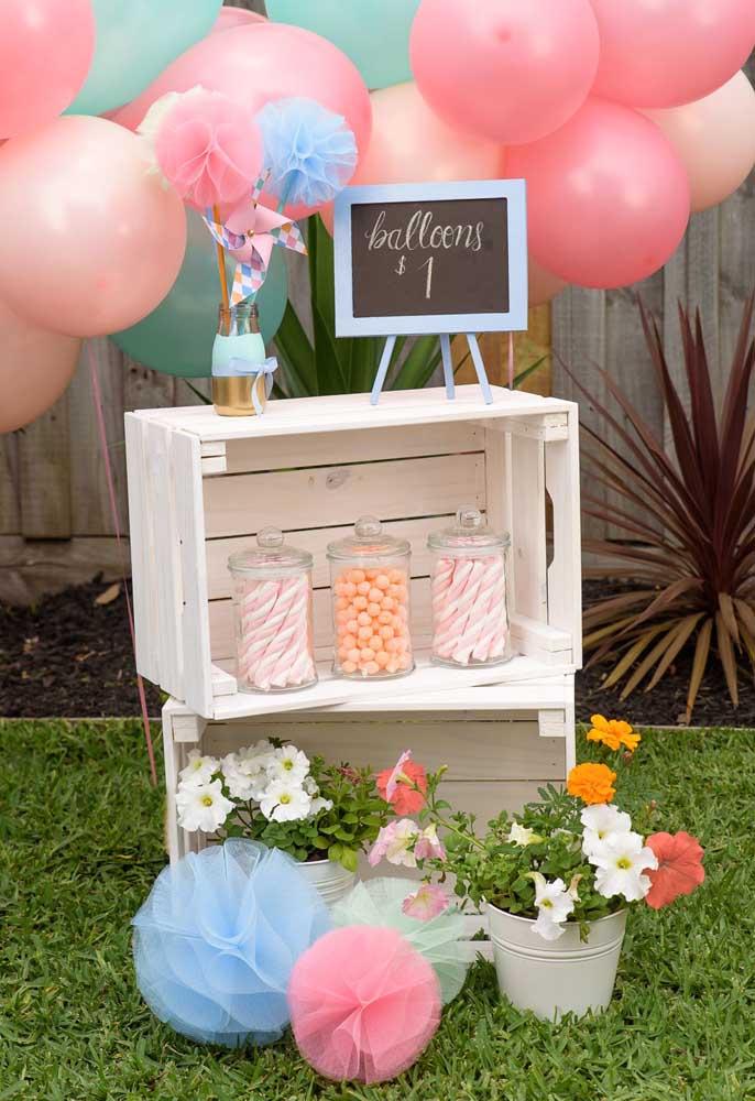 Aproveite caixotes de madeira para compor a decoração do aniversário com o tema piquenique.
