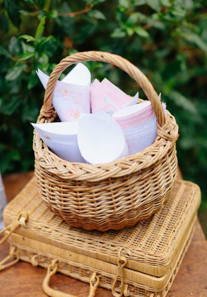 Outra opção é usar cestos feitos de palha, principalmente, se for para organizar os itens descartáveis da festa.