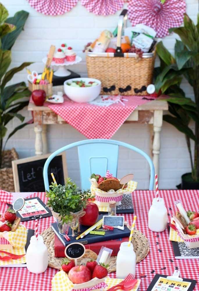 A toalha quadriculada nas cores vermelha e branca é tradição em piquenique. Sendo assim, escolha várias toalhas nesse modelo para decorar a mesa da festa.