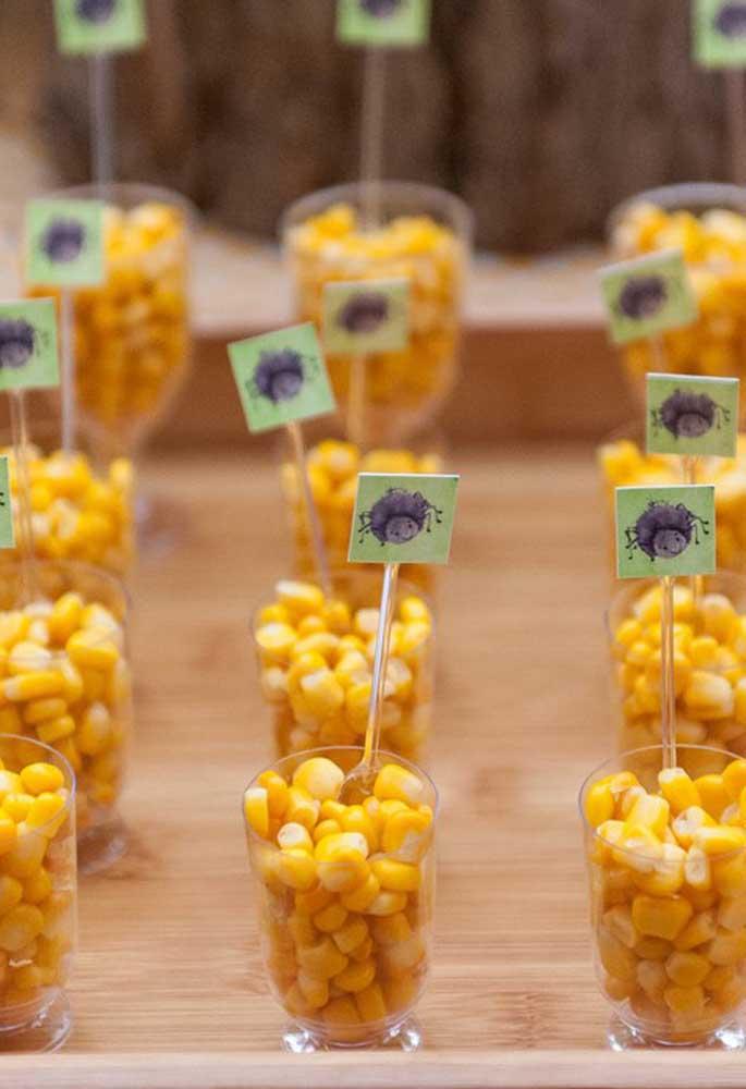 Já pensou em servir milho para os convidados? Basta colocar em copinhos transparentes.