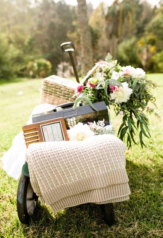 Use vários itens rústicos e arranjos florais para fazer uma decoração mais natural e que combine com o ambiente.
