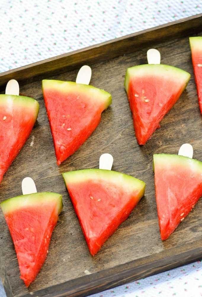 Olha que ideia criativa para servir as frutas aos convidados. Dessa forma, fica mais fácil para as crianças comerem.