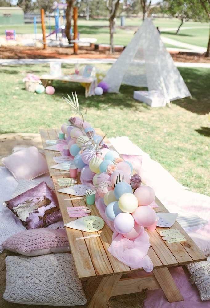 Decore o centro da mesa com balões coloridos.