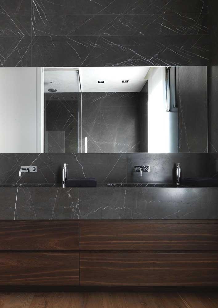 Inspiração de banheiro em granito preto para quem busca revestimentos modernos e duráveis