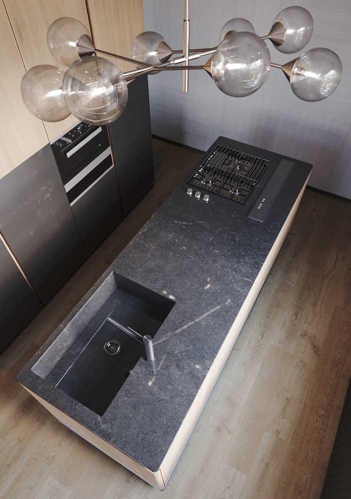 Ilha de cozinha vista de cima com aplicação do granito preto