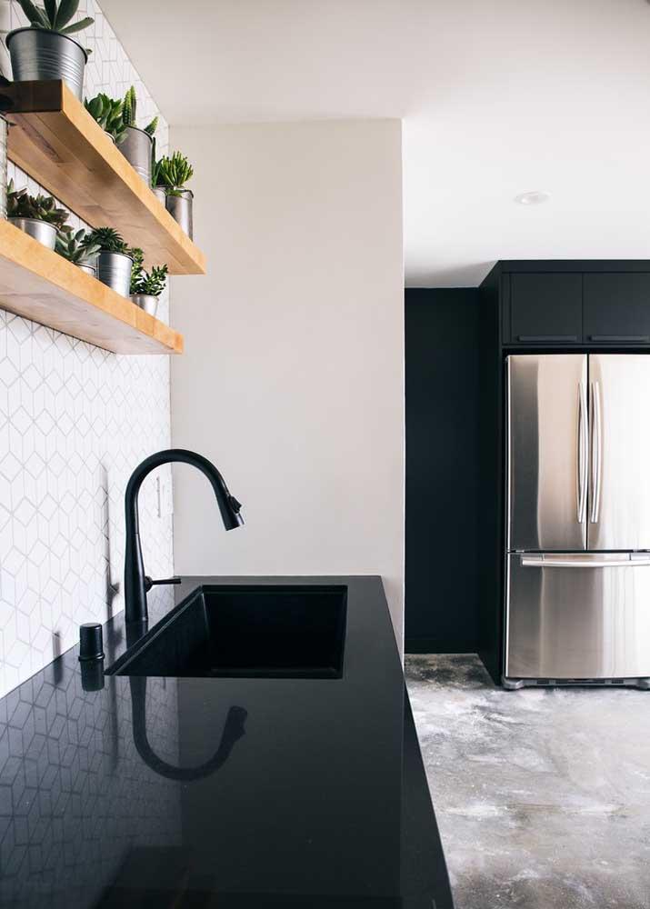 Granito preto Absoluto na bancada da pia: contraste maravilhoso com os demais elementos em branco