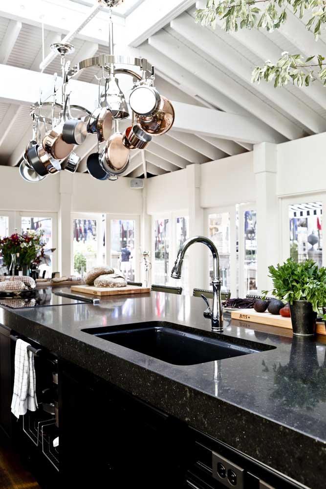Bancada de cozinha em granito preto São Gabriel; lembre-se de não expor a pedra à choques térmicos