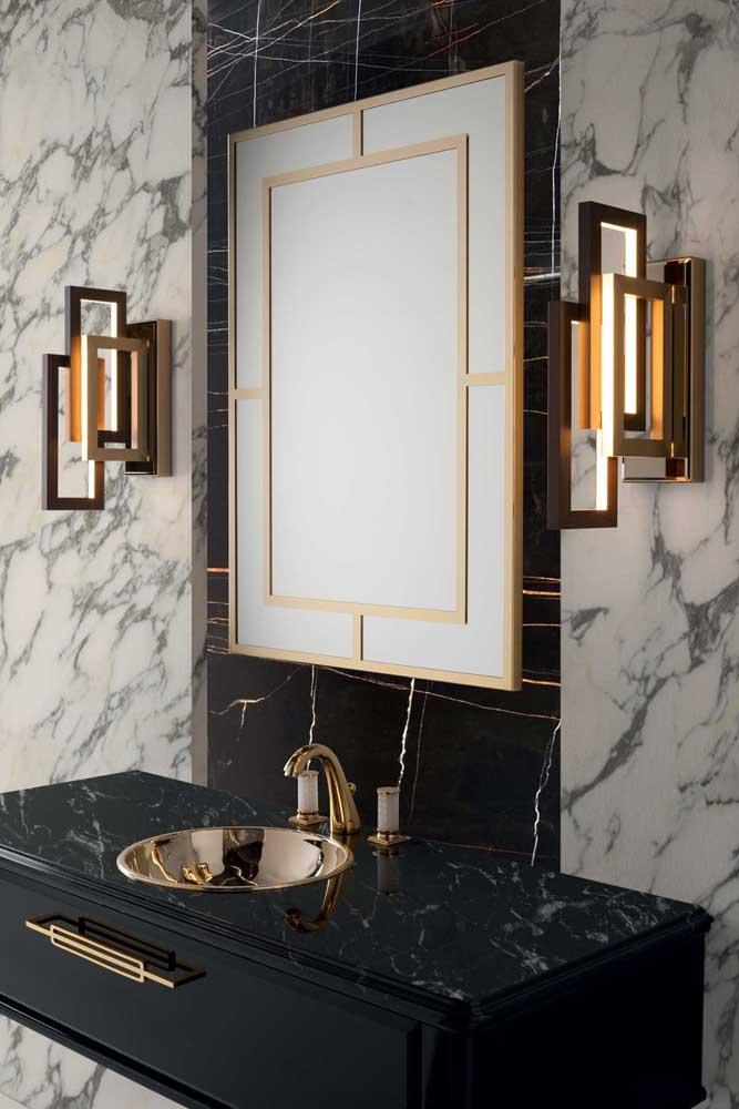 Bancada de granito preto Via Láctea para pia de um banheiro luxuoso; repare que as paredes laterais foram revestidas com mármore branco