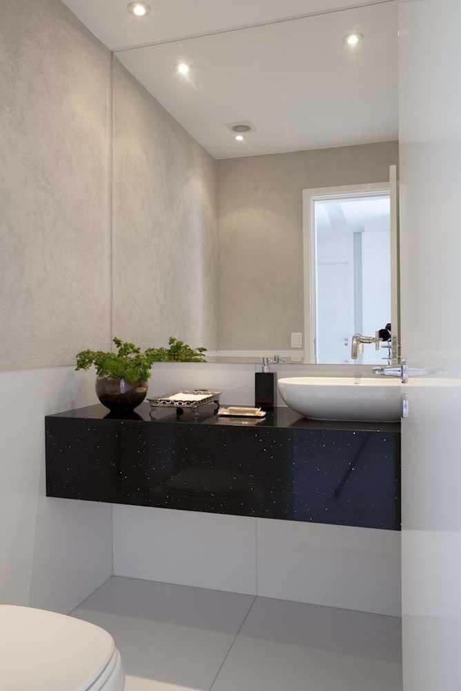 O granito preto Stellar foi a pedra escolhida para essa bancada suspensa de lavabo