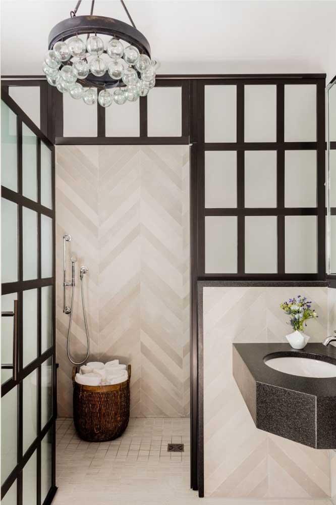 A pequena pia do lavabo foi toda feita em granito preto São Gabriel, o mais popular dos granitos pretos
