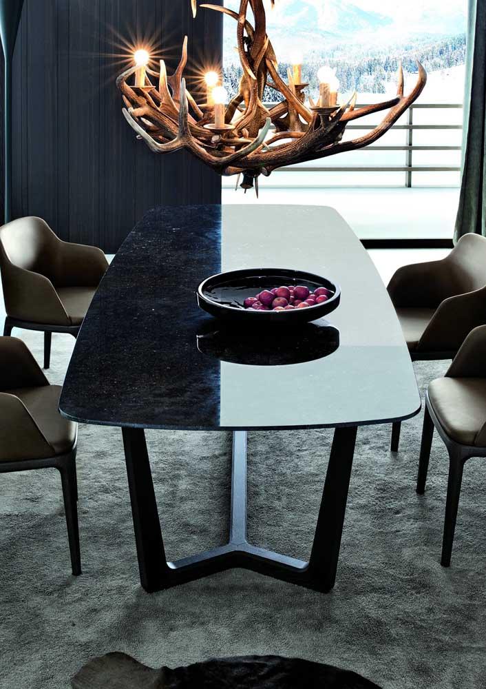 Mesa de jantar com tampo em granito preto; repare como a cor da pedra se encaixou perfeitamente na proposta de decoração