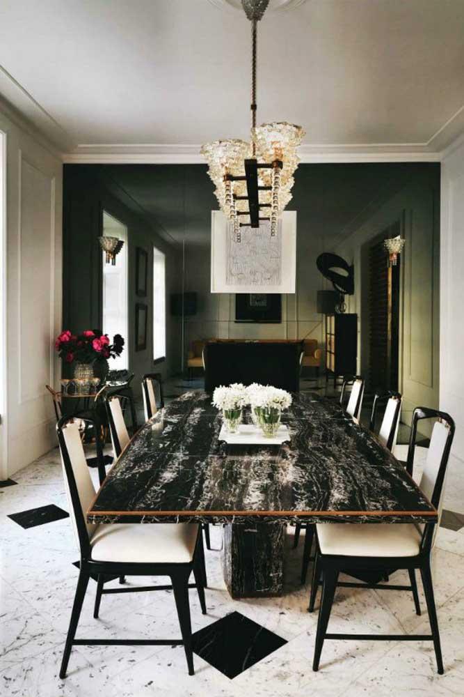 Mesa de jantar com tampo em granito preto indiano; uma inspiração pra lá de elegante e sofisticada